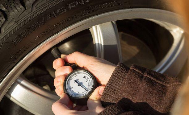 Talvirenkaissa kannattaa suosia 0,2 baria suosituksia korkeampia paineita.