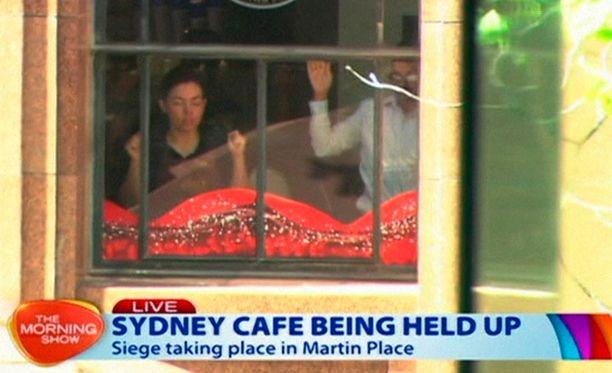 Panttivankitilanne Sydneyn ydinkeskustassa sijaitsevassa kahvilassa on kestänyt useita tunteja.