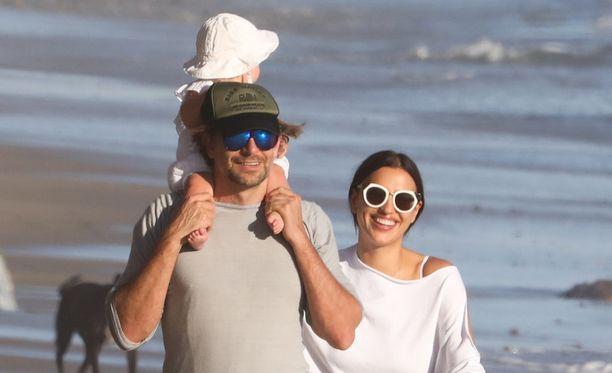 Bradley Cooper, Irina Shayk ja pariskunnan pikkuneiti Lea De Seine rannalla Malibussa.
