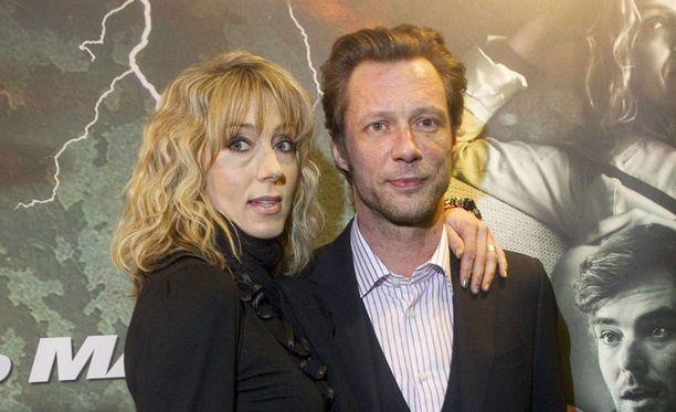 ERO! Antti Reini oli yhdessä kihlattunsa Katja-Maj Riikosen kanssa vielä Vares –elokuva Pahan suudelma kutsuvierasnäytöksessä maaliskuun alussa Turkuhallissa.