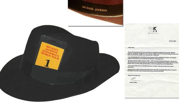 Michael Jacksonin lempihattu. Onko kyseinen hattu Paris Jacksonin takapenkillä vai ei?