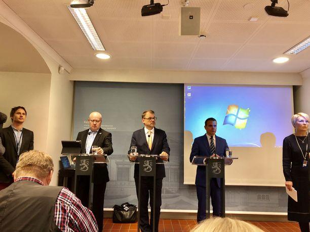 Työministeri Jari Lindström (sin), pääministeri Juha Sipilä (kesk) ja valtiovarainministeri Petteri Orpo (kok) esittelivät Kesärannassa hallituksen nelikohtaisen sovintoesityksen.