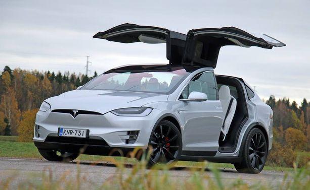 Kuin lentoon lähdössä. Siipi-Tesla pysäyttää ohikulkijat.