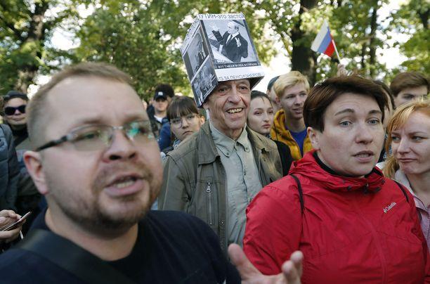 Ihmiset osoittivat mieltään eläkeiän nostamista vastaan Pietarissa syyskuussa.
