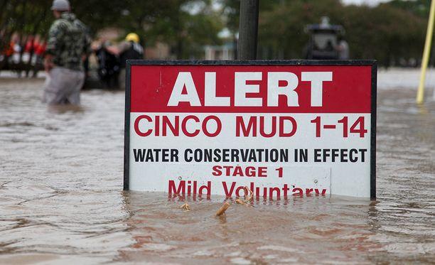 Asukkaat on evakuoitu 1,5 mailin eli noin 2,5 kilometrin säteellä tehtaasta.