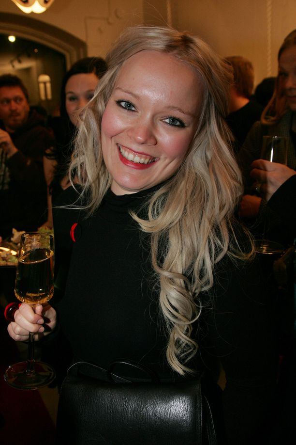 Uransa alussa Anna Puu poseerasi pitkätukkaisena blondina.