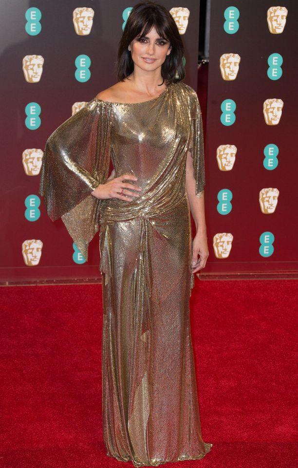 Penelope Cruz oli pukeutunut kultalamee-asuun.