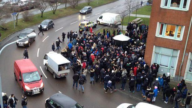 Sadat nuoret mellakoivat lukion edessä Göteborgissa.