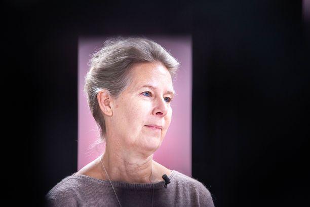 Ylilääkäri Hanna Nohynek ei vähättele koronan vaarallisuutta, mutta hän toivoo, että nyt alettaisiin miettiä, miten elämme normaalisti koronasta huolimatta.