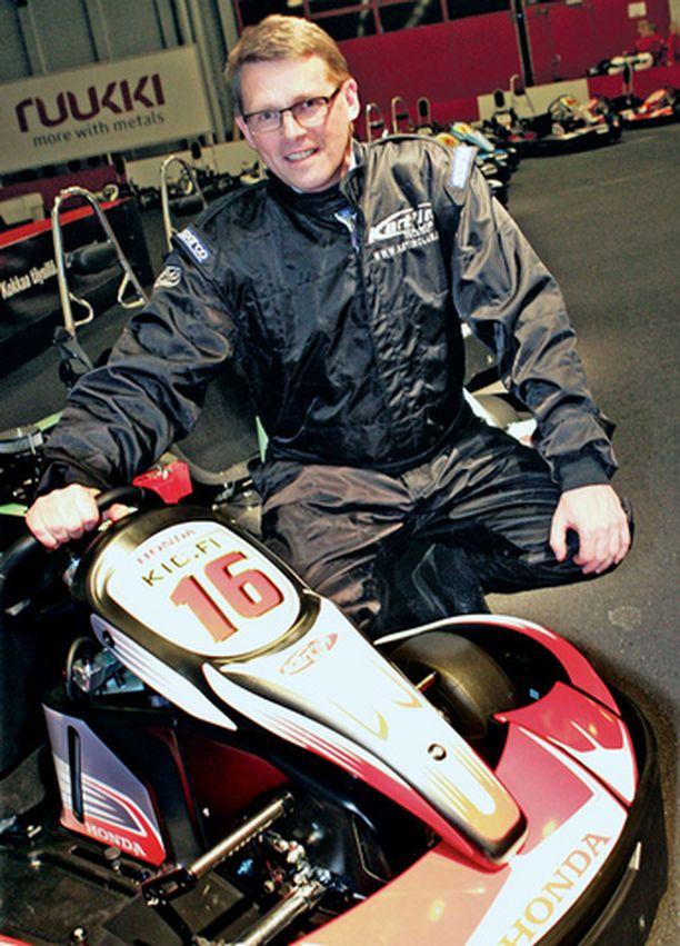 Matti Vanhanen poseerasi auliisti ajohaalarissaan kartingradalla, mutta hän myös ajoi vauhdikkaasti.