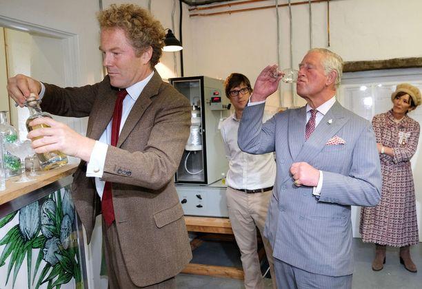 Prinssi Charles vieraili Moorland Spirit Companyn tislaamolla Northumberlandissa ja sai maistiaisia.