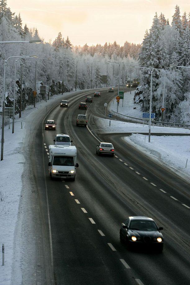 VTT:n kehittämässä järjestelmässä tieto tien liukkaudesta saadaan auton omista antureista.