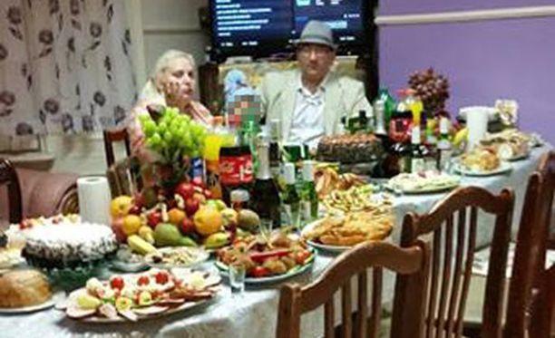 Omat pöydät notkuivat, autotalleissa asuville orjille syötettiin vanhentuneita valmisruokia.