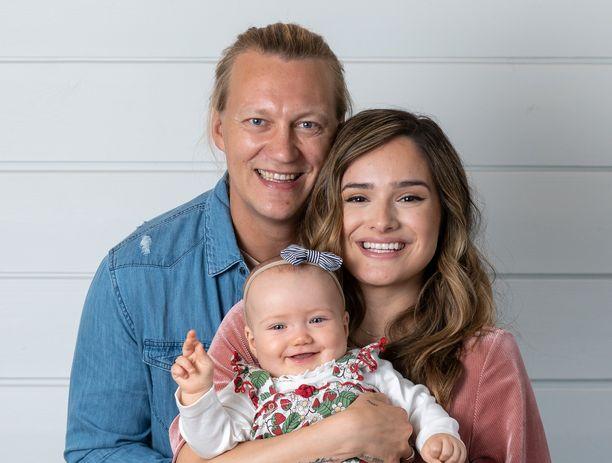 Chachi ja Jukka Hildénin perhe kasvoi pienellä tyttärellä.