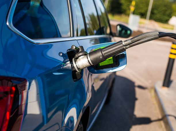 Levää, lantaa ja ruoantähteitä tankkiin. Suomalaiset biopolttoaineiden jalostajat näkevät suuria mahdollisuuksia erilaisten raaka-aineiden hyödyntämisessä.