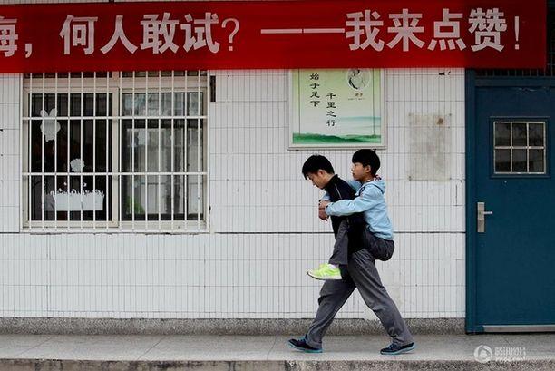 Jo kolmen vuoden ajan Xie on kantanut luokkakaverinsa Zhangin kouluun joka päivä.