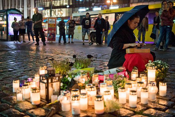Heti iskupäivän iltana vuosi sitten Turun kauppatori alkoi täyttyä kynttilöistä.