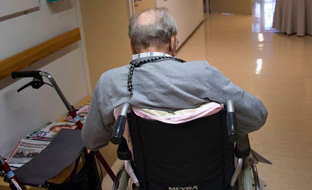Yhä suurempi joukko vanhuksista asuu kotona.