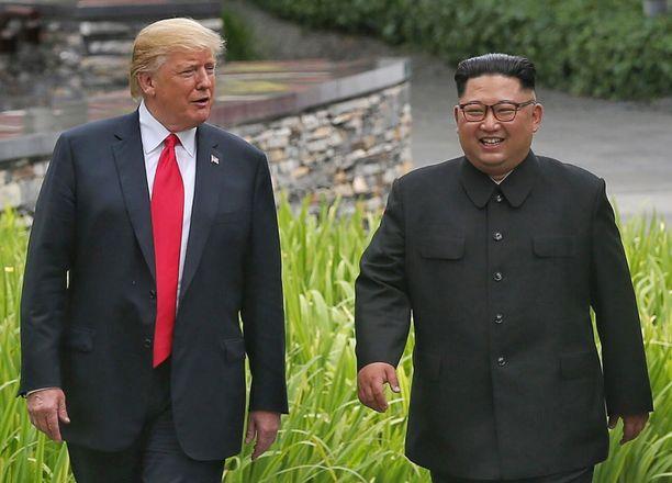 Presidentti Trump ja Pohjois-Korean johtaja Kim Jong-un paistattelivat valokeilassa Singaporen Sentosa-saarella 12.6.2018.