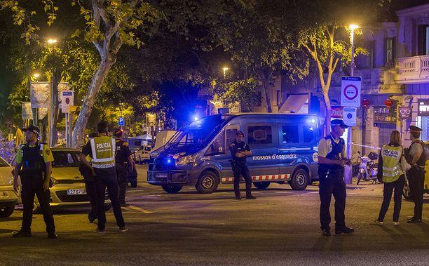 Poliiseja partioimassa Barcelonassa.