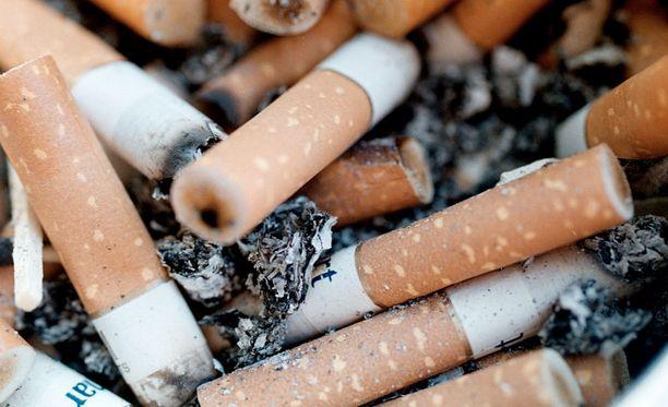 Italiassa tupakantumppien heittämisestä maahan on tulossa varsin kallis harrastus. Kuvituskuva.