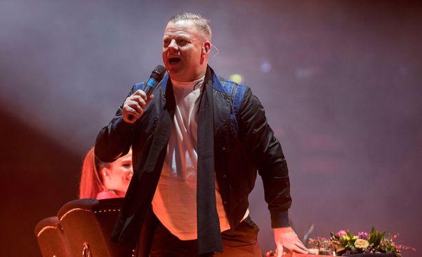 Jari Sillanpään polvi oli kipeä jo perjantaina, mutta sitä ei huomannut hänen huikeista vedoistaan Vain elämää -konsertissa.