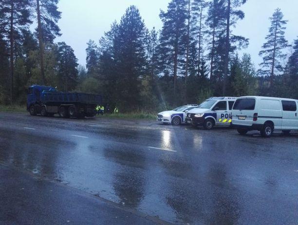 Poliisi teki paikkatutkintaa Jyväskylässä kuolonkolarin jälkeen.