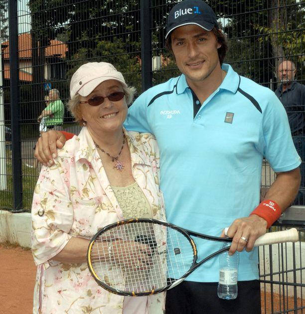 Liisa ja poika Teemu Selänne Bermudan tennisturnauksessa.