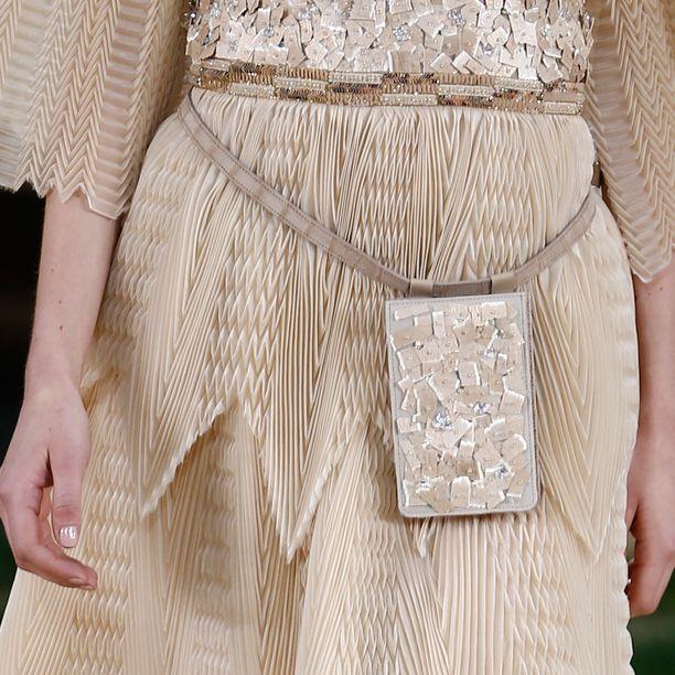 Kyllä! Vyölaukkuja nähdään jopa Chanelin haute couture kevät-kesä 2016-mallistossa.