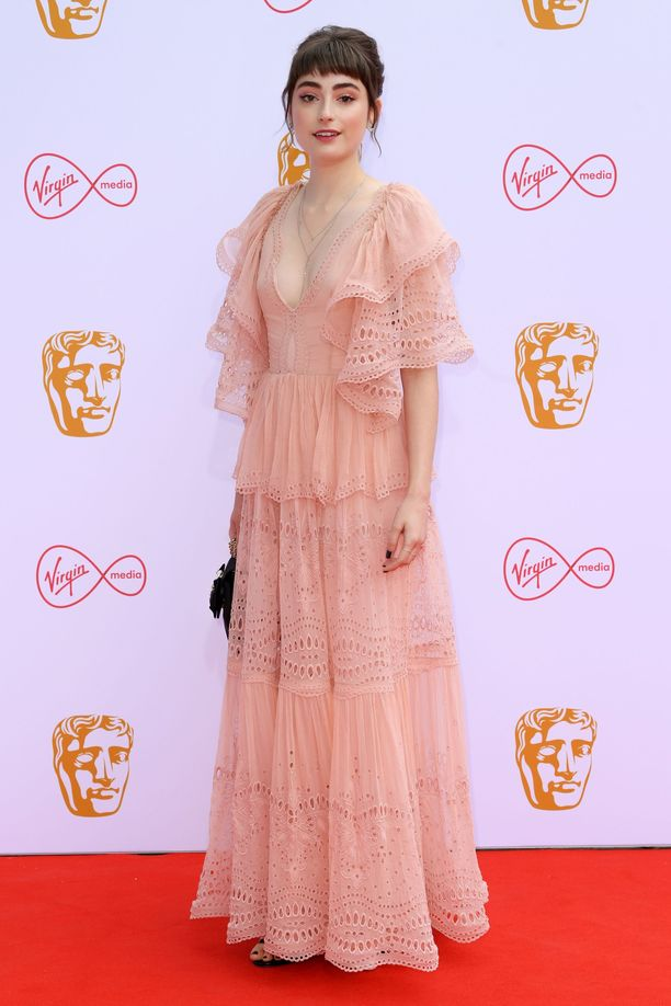 Ellise Chappellin haalean vaaleanpunainen pitsimekko on kuin suoraan juhannustansseista.
