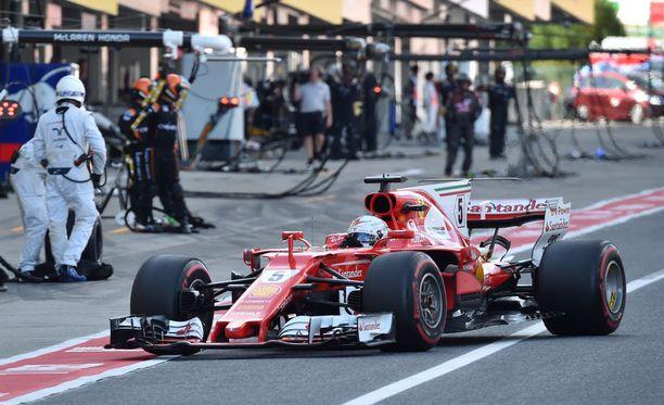 Tähän lässähti Sebastian Vettelin kisa: 59 euron sytytystulppa petti Suzukassa.