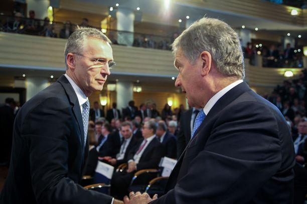 Naton pääsihteeri Jens Stoltenberg ja Niinistö tervehtivät perjantaina.