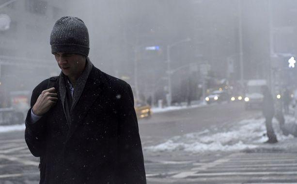 Mies kulki lumipyryssä New Yorkissa viime viikolla.
