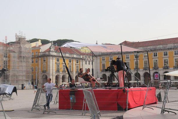 Paikalla on myös paljon paikallista mediaa, joille oli pystyetty erilaisia lavasteita aukiolle.