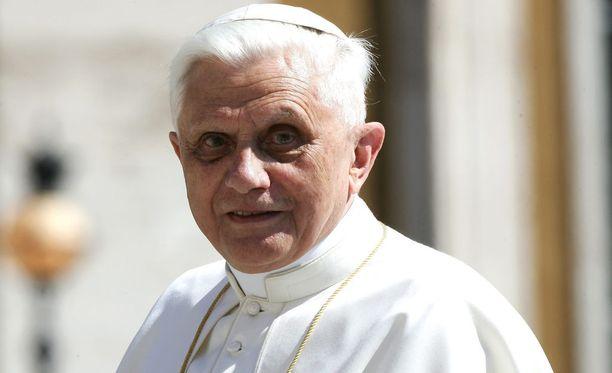 """Entinen paavi Joseph Ratzinger on kertonut olevansa """"elämänsä viimeisessä vaiheessa"""". Kuva vuodelta 2005."""