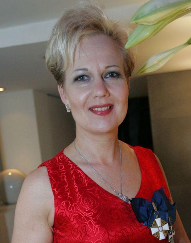 Suvi Lindén katsoo poikkeuksellisesti Linnan juhlat kotona televisiosta tyttärensä Leonooran ja miehensä kanssa.