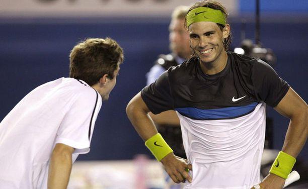 Gilles Simon (vas.) hyytyi Rafael Nadalin käsittelyssä.