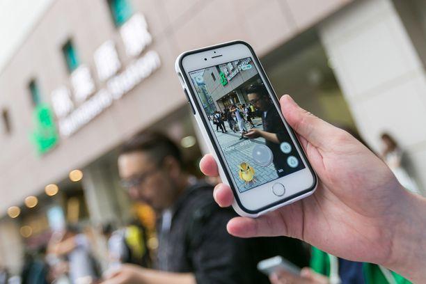 Pokémon-hahmot ilmestyvät maisemaan, kun sitä katsoo älypuhelimen näytön kautta pelisovelluksen avulla.