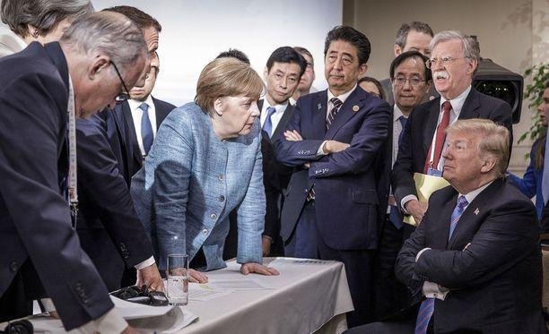 Merkel ja Trump tuijotuskilpailussa. G7-kokouksen kireä tunnelma tiivistyi Saksan hallinnon julkaisemaan kuvaan.