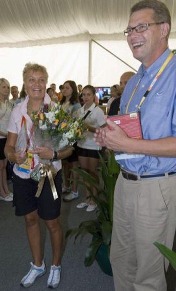 MESTARIN KANSSA Matti Vanhanen pääsi onnittelemaan olympiavoittaja Satu Mäkelä-Nummelaa.