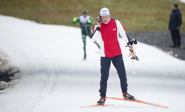 Krista Pärmäkosken manageri Aki Pajunoja hoitaa asioita jopa kesken hiihtolenkin.