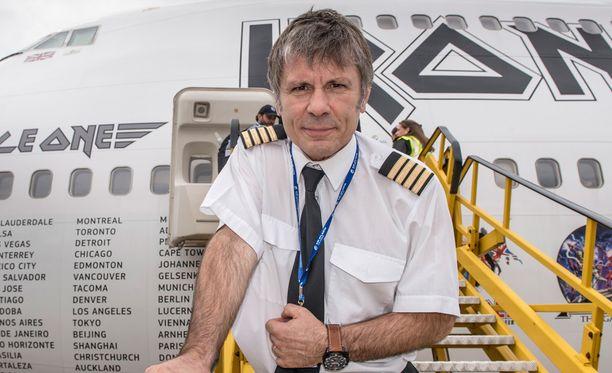 Dickinson lentää yhtyeen Ed Force One -lentokonetta.