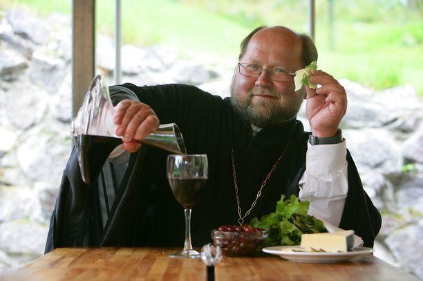Kaikkien tuntema ortodoksipappi isä Mitro, Mitro Repo, rakastaa juhlimista, herkullista ruokaa ja hyvää juomaa, kirjoitettiin Kauppalehti Optiossa vuonna 2008.