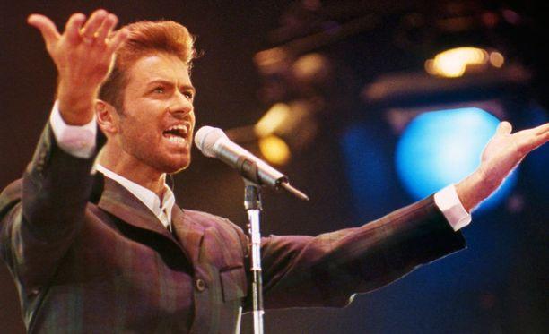 George Michael maailman AIDS-päivän hyväntekeväisyyskonsertissa vuonna 1993.
