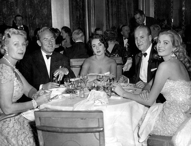 Ekberg samassa pöydässä tuottaja M.J. Frankovichin ja hänen vaimonsa, näyttelijä Michael Wildingin ja Elizabeth Taylorin kanssa.