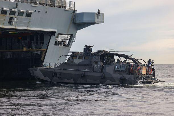 Suomen merivoimien rannikkojääkäreiden alus harjoitteli kesäkuussa yhteisiä operaatioita Helsingin edustalla Nato-maa Britannian kuninkaallisen laivaston maihinnousun tukialuksen HMS Albionin kanssa.