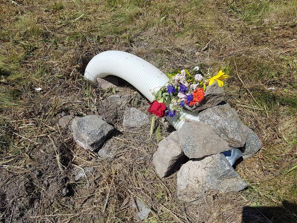 Sveitsiläiskuljettaja Mathias Gnägin elämä päättyi Imatralle. Kukat todistavat tapahtuneesta onnettomuuspaikalla.