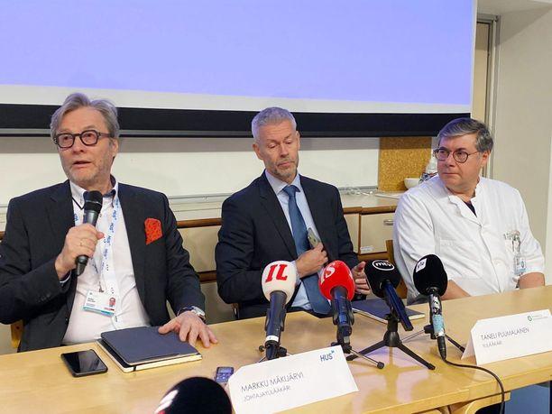 HUS ja THL järjestivät tiedotustilaisuuden keskiviikkona. Kuvassa HUSin johtajalääkäri Markku Mäkijärvi, THL:n ylilääkäri Taneli Puumalainen ja HUSin ylilääkäri Asko Järvinen.