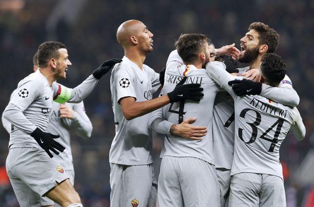 Roma-pelaajat juhlivat arvokasta vierasvoittoa Luzhniki-stadionilla.