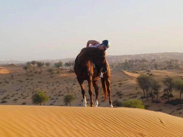 Heidi kertoo kaipaavansa Suomesta raikasta ilmaa. Dubaissa ilmassa on aina hiekkaa.